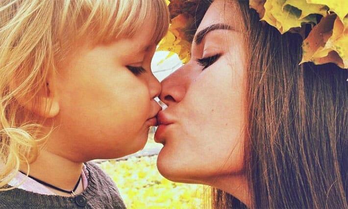 mama-saruta-copilul-pe-gura