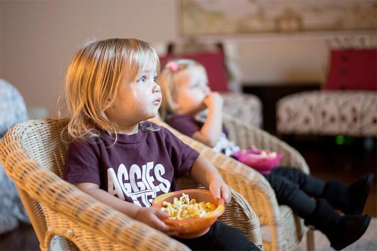 copii-se-uita-la-tv